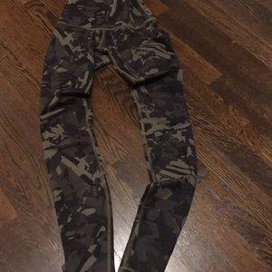 Lulemon camouflage workout pants SZ2 inside pocket